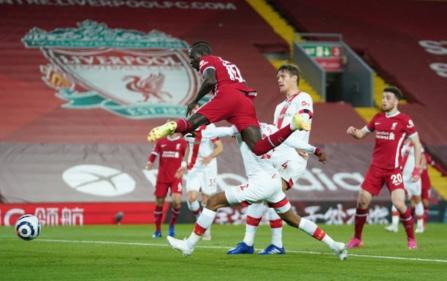 Premier League : Sadio Mané butteur, Liverpool ne lâche rien