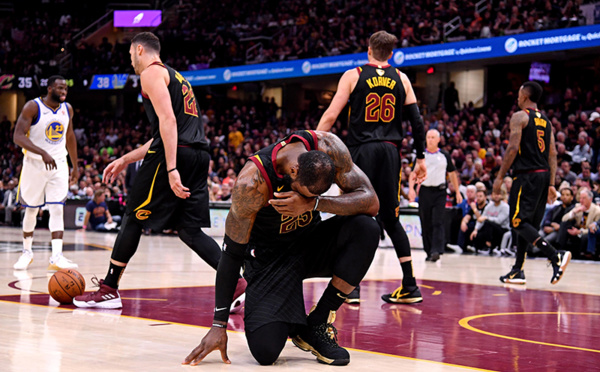 LeBron James : «J'ai joué les trois derniers matches avec une main cassée »