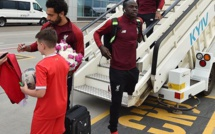 Sadio Mané à sa descente d'avion à Kiev
